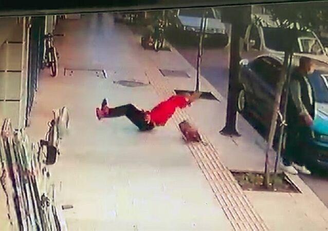Genç kadın balkondan düştü