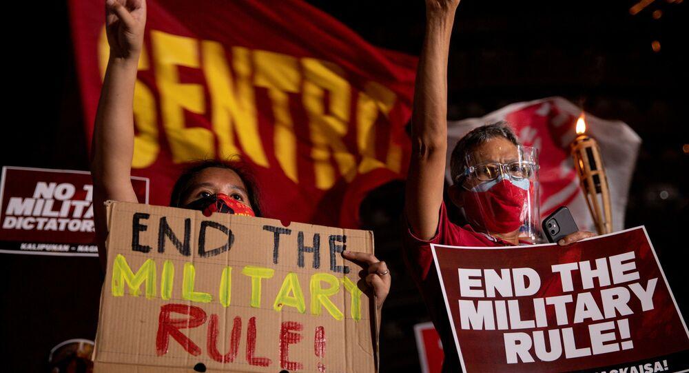 Filipinler'de Myanmar'daki askeri darbeyi protesto eden göstericiler