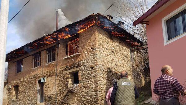 İzmir'in Ödemiş ilçesinde iki katlı bir evde çıkan yangında, yalnız yaşadığı öğrenilen 96 yaşındaki kadın hayatını kaybetti. - Sputnik Türkiye