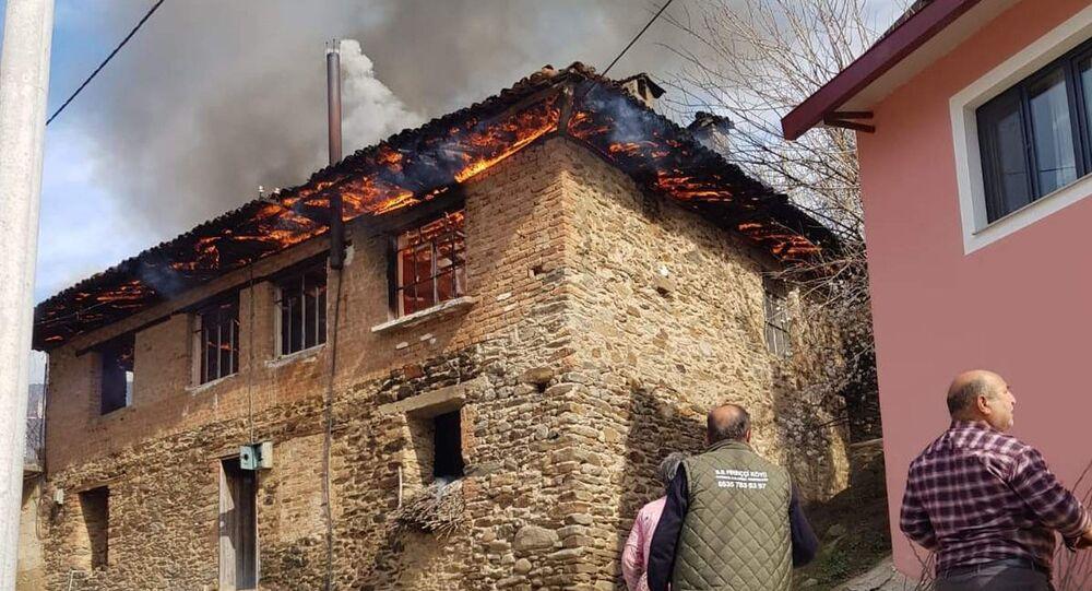 İzmir'in Ödemiş ilçesinde iki katlı bir evde çıkan yangında, yalnız yaşadığı öğrenilen 96 yaşındaki kadın hayatını kaybetti.