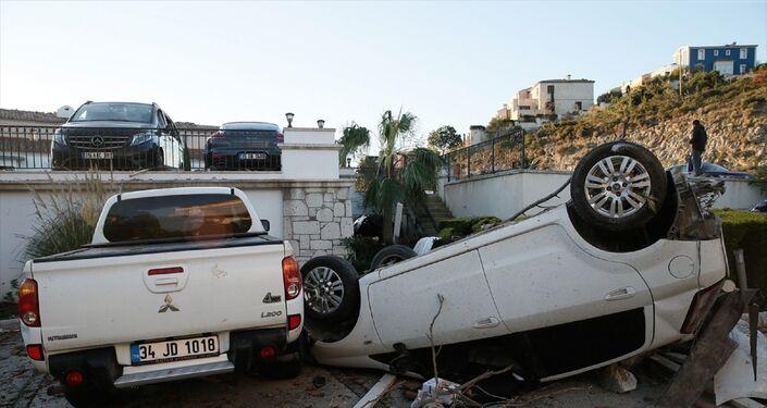 İzmir Çeşme'de dün akşam meydana gelen hortum felaketinin etkileri