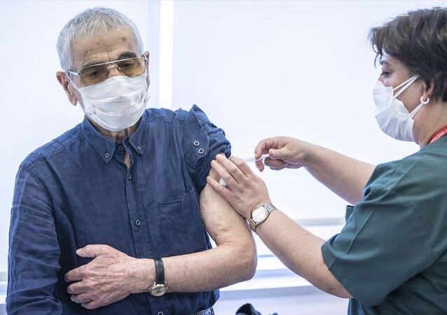 Sağlık çalışanları için 2. doz, 70 yaş üstü için ilk doz aşı uygulaması başlandı