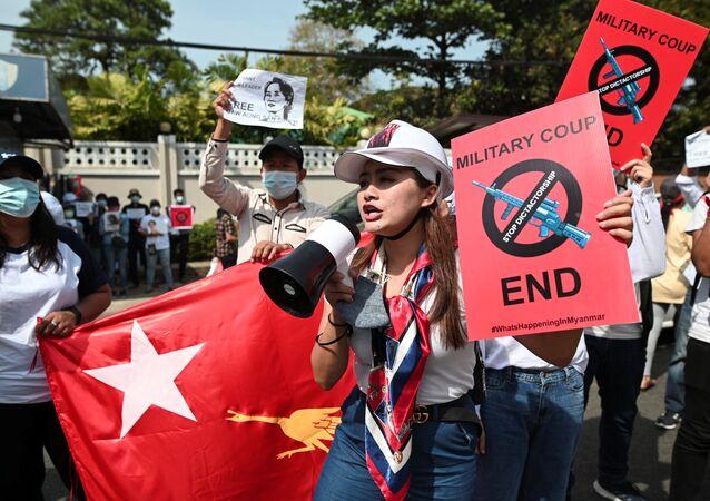 Myanmar'ın Yangon kentinde Rusya Büyükelçiliği önünde askeri darbeyi protesto edenler, devrik kadın lider Aung San Suu Çii'nin serbest bırakılmasını talep etti.