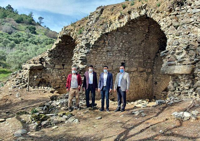 Yaklaşık 200 yıl önce bölgede gezen Avrupalı seyyahların notlarından esinlenen arkeologlar, Zeytin ve incir ağaçlarının arasında Roma'da bulunan kolezyumun orta ölçeklisi durumundaki, Anadolu'da korunamamış durumdaki 7-8 örneğine göre günümüze kadar korunarak ayakta durabilmiş tek örneği keşfetti. Yaklaşık 14-15 metrelik duvarları korunan, 360 derecelik oturma sıralarına sahip, yaklaşık 100 metre çapında orta ölçekli bir amfi tiyatrosu kalıntısını keşfeden araştırma ekibi, bölgenin yüzey araştırmalarını da tamamlanmak üzere.