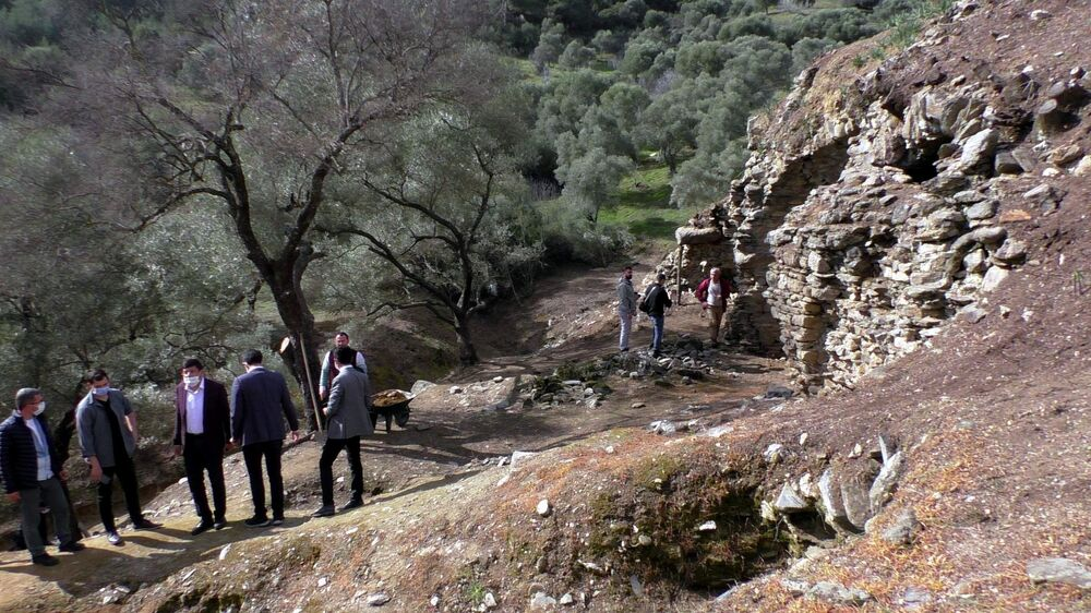 Geçtiğimiz aylarda keşfedilen 2 bin 700 yıllık arena için Aydın protokolü, STK'lar ve vatandaşlar seferber olarak turizme kazandırılması için güç birliği yaptı. İlk etapta antik kentin içinde bulunduğu 11 arazi için muvaffakiyet alındı. Ekim ayında başlayan çalışmalarda ise alan temizlenerek kazıya hazır hale getirildi. Çalışmaları yerinde inceleyen heyet basın mensuplarına bilgilendirmede bulunarak bu önemli keşfin bir an önce turizme kazandırılacağını belirtti.