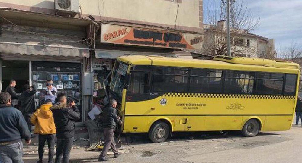 Gaziantep'te özel halk otobüsü önce taksiyle çarpıştı