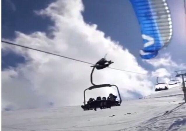 Bingöl'de teleferik teline takılıp düşen paraşütçü