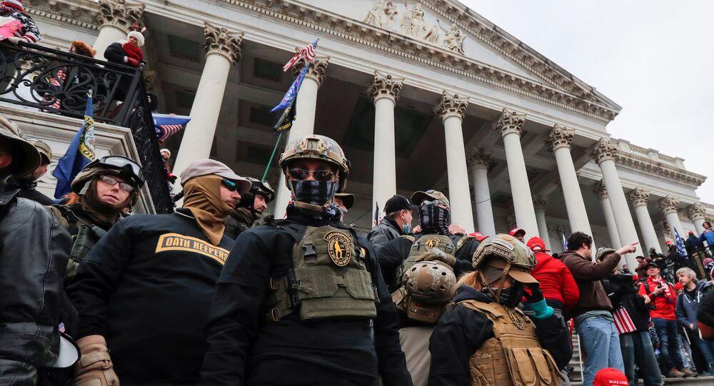6 Ocak 2020'deki ABD Kongresi saldırısı sırasında doğu ön merdivenlerine sıralanmış halde görüntülenen Jessica Marie Watkins dahil Yeminini Tutanlar milisleri