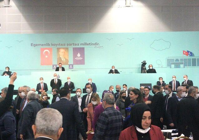 İstanbul Büyükşehir Belediye (İBB) Meclisi Şubat ayı 3. Birleşimi yeni tip koronavirüs tedbirleri kapsamında Avrasya Gösteri Merkezinde gerçekleştirildi. Gündem maddeleri görüşülürken AK Parti ve CHP'li meclis üyeleri arasında arbede yaşandı.