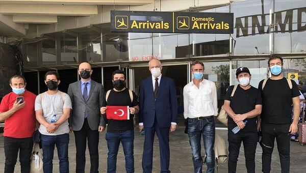 Nijerya'da serbest bırakılan 15 Türk gemicinin 6'sı Nijerya güvenlik güçlerinin kontrolünde başkent Abuja'ya ulaştırılarak, Türkiye'nin Abuja Büyükelçiliğine getirildi.  - Sputnik Türkiye