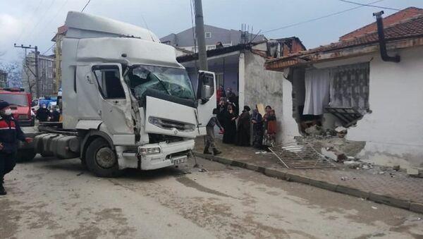Bursa'nın İnegöl ilçesinde sürücüsünün kontrolünden çıkan TIR, yol kenarındaki tek katlı eve girdi.  - Sputnik Türkiye