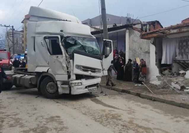 Bursa'nın İnegöl ilçesinde sürücüsünün kontrolünden çıkan TIR, yol kenarındaki tek katlı eve girdi. Kazada evde televizyon izleyen Ferhat Aslan (19) yıkılan duvar nedeniyle yaralandı.