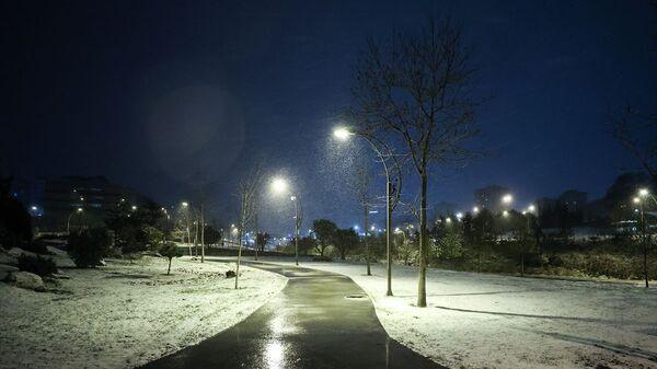 İstanbul'da beklenen kar yağışı bazı bölgelerde başladı. Yağış Beylikdüzü'nde de etkili oldu. - Sputnik Türkiye