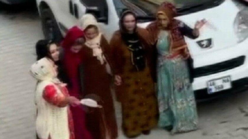 İstanbul Sultangazi'de sokağa çıkma kısıtlamasına rağmen maskesiz mesafesiz nişan eğlencesi polisin gelmesiyle son buldu. Halay çeken gruptaki kadınların maskeleri mendil gibi kullanarak sallaması dikkat çekti.