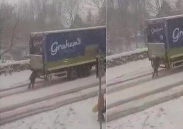 Soğuk hava ve yoğun kar yağışının yaşamı felç ettiği İskoçya'da ilginç bir görüntü sosyal medyanın gündemine oturdu.
