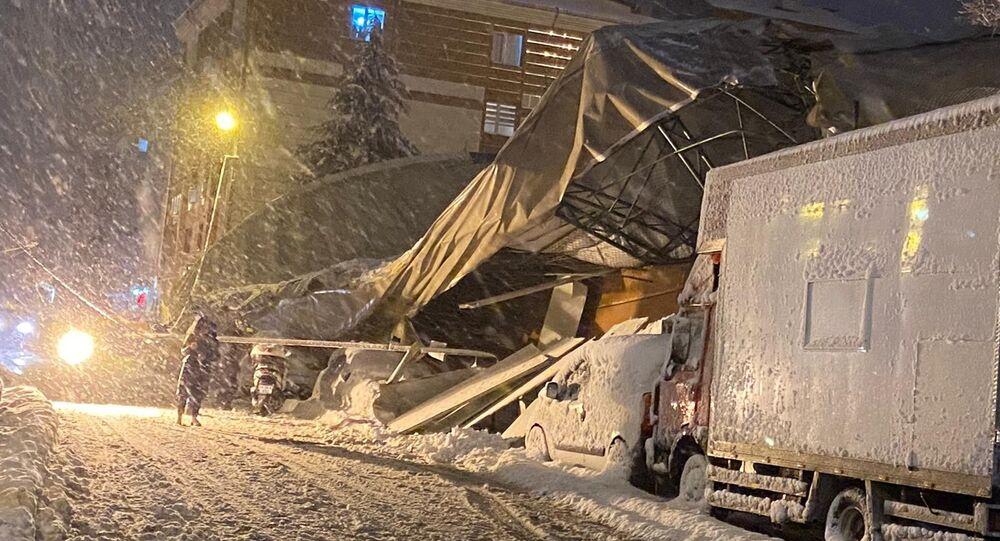 Eyüpsultan'da lisenin kapalı spor salonu çatısı çöktü