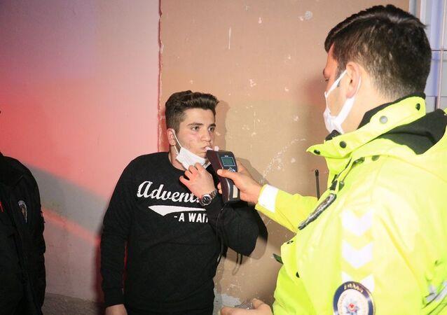 Kısıtlama saatlerinde polisten kaçan alkollü sürücü yakalandı