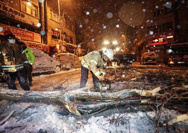 İstanbul'da kar, devrilen ağaçlar