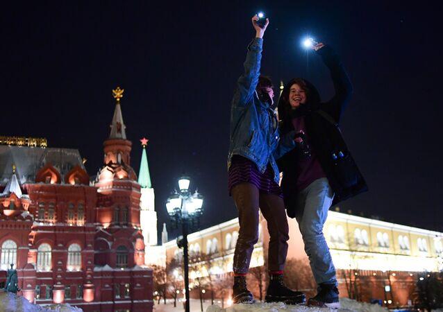 Moskova'da telefon ışıklarıyla Aleksey Navalnıy'a destek