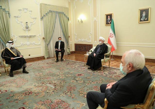 İran Cumhurbaşkanı Hasan Ruhani, (sağda) başkent Tahran'da temaslarda bulunan Katar Dışişleri Bakanı Muhammed bin Abdurrahman Al Sani'yi (solda) kabul etti.