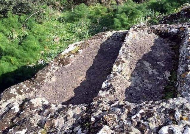 Muğla'nın Bodrum ilçesindeki Sandıma Dağı'nda bulunan 4 bin yıllık kaya mezarlarının dün matkap ve kazmalarla talan edildiği ortaya çıktı.