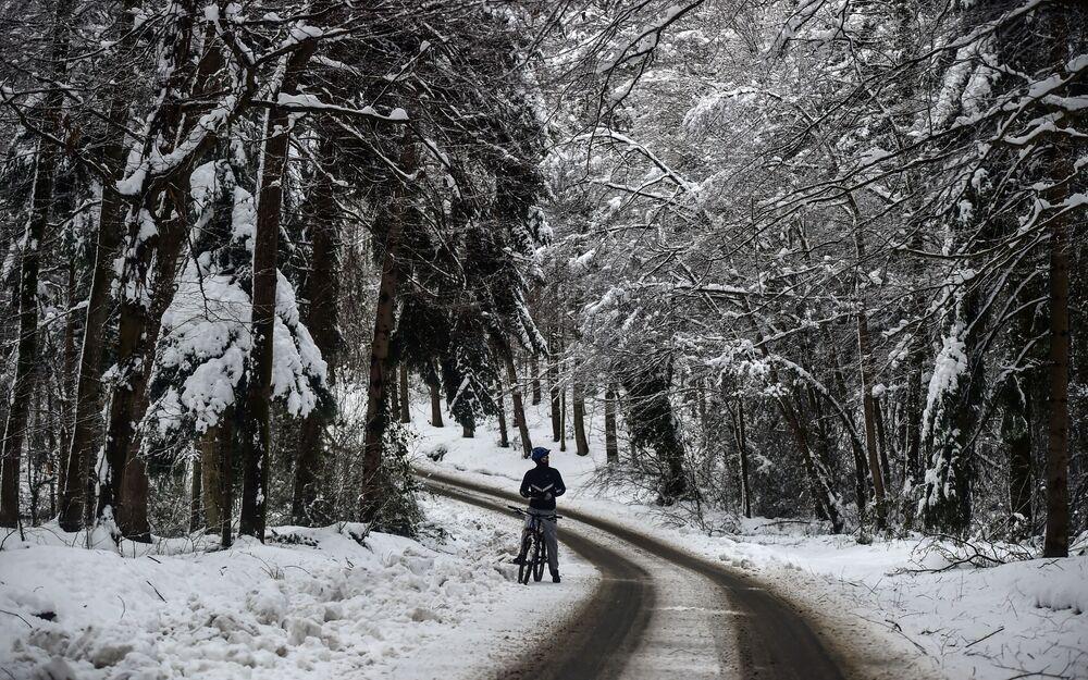 Donmuş ağaçlar, göz alabildiğince bembeyaz örtüyle kaplanmış orman içinden asfalt yollar dikkat çekti.