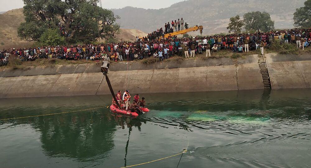 Hindistan'da yolcu otobüsü su kanalına düştü