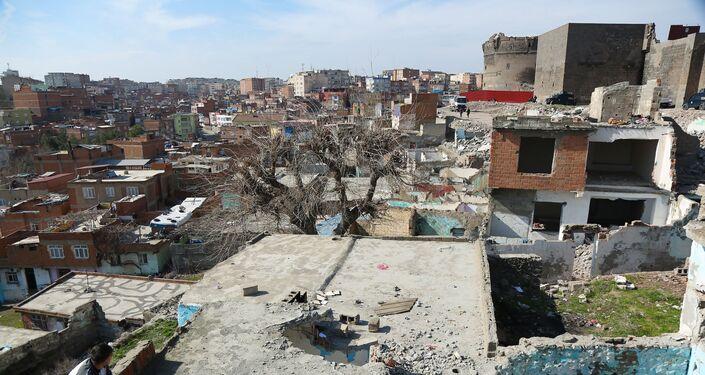 Asıl nüfusunu Diyarbakır köylerinden gelenlerin oluşturduğu mahallede, düzenli bir işi olmayan, dar gelirli aileler oturuyor.