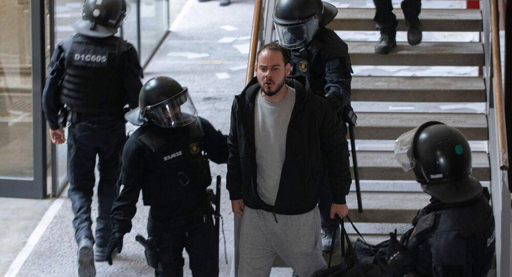 İspanya'da polis üniversiteyi basıp aranan rapçiyi tutukladı