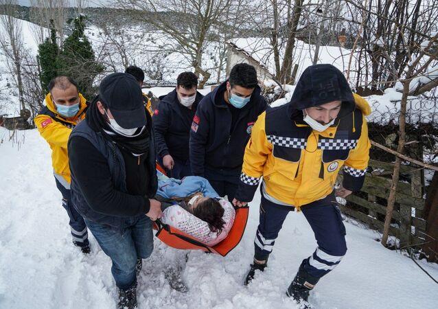 Sultangazi'de sağlıkçılar, hasta, kar