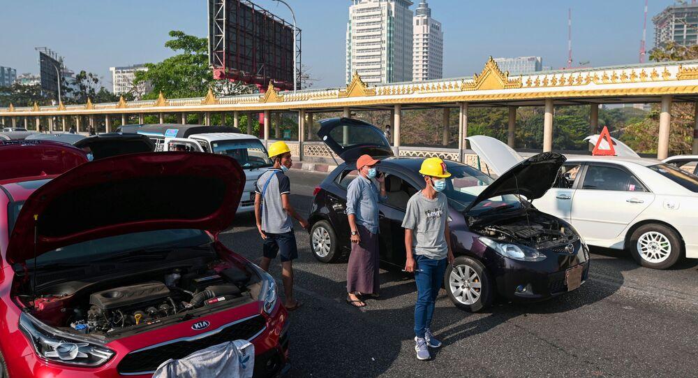 Askeri darbeyi protesto eden Myanmarlılar 'bozuk araba hareketi' başlattı