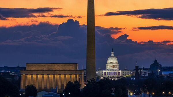 Мемориал Линкольна,  монумент Вашингтону и Капитолий США на рассвете в день инаугурации в Вашингтоне - Sputnik Türkiye