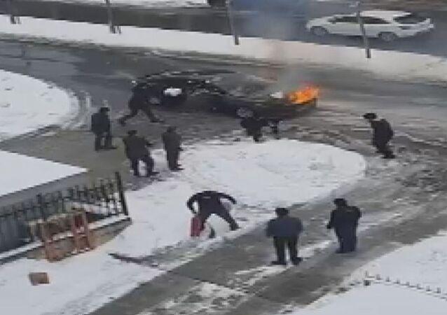 Yanan otomobili kartopu atarak söndürmeye çalıştılar