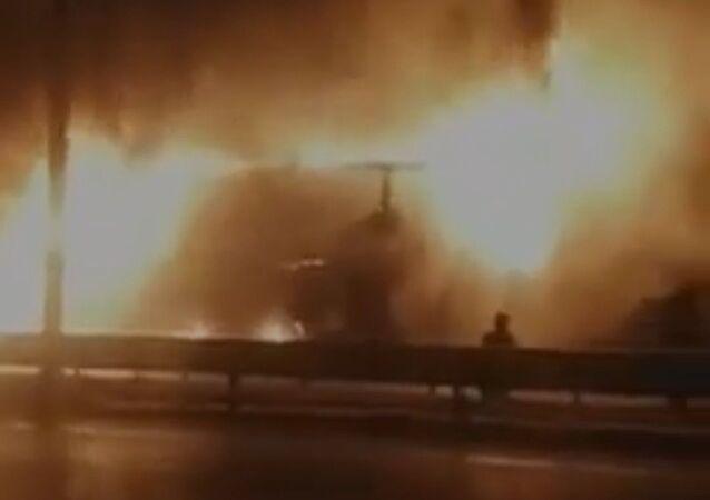 Kimyasal madde yüklü kamyon alev alev yandı