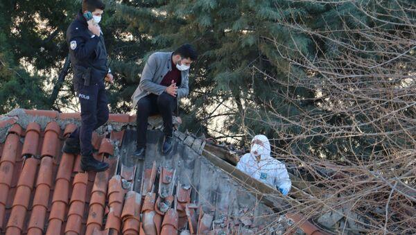 Antalya'da müstakil evin tavan arasında 3-4 aylık olduğu değerlendirilen bir erkeğe ait iskelet sistemi bulundu - Sputnik Türkiye