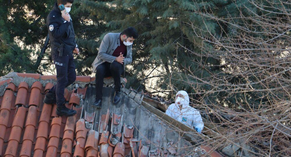 Antalya'da müstakil evin tavan arasında 3-4 aylık olduğu değerlendirilen bir erkeğe ait iskelet sistemi bulundu