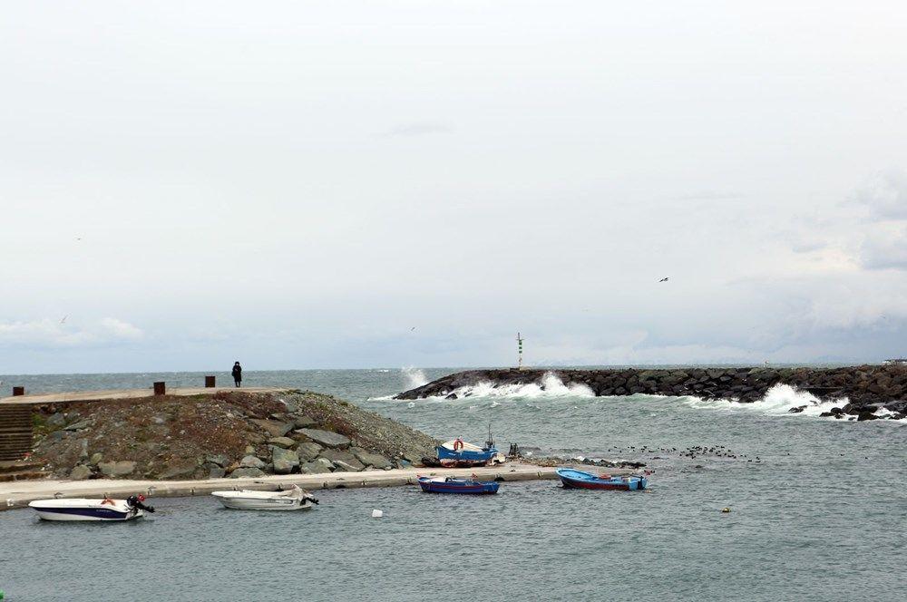 Doğu Karadeniz'de hafta başından itibaren olumsuz hava koşullarından etkilenen Trabzon'da balıkçılar, başta hamsi olmak üzere balık avından beklenen verimi alamadı. Avlanmanın yetersiz olması sebebiyle Ortahisar ilçesi Moloz mevkiindeki balıkçıların tezgahları da boş kaldı. Balıkhane ve balık satış pazarındaki balıkçılardan bir kısmı birkaç gündür tezgah açmazken, bazıları da fabrikalardan temin ettikleri hamsi ve diğer balık türlerini satmaya çalışıyor.