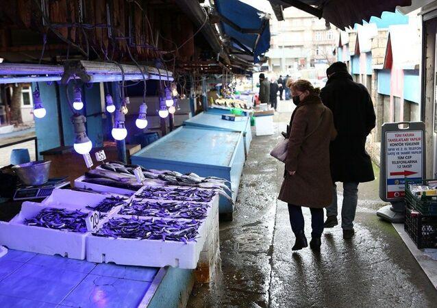 Balıkçılar ve Manavcılar Derneği Başkanı Cemal Kaya Şamlıoğlu, hava muhalefetinden dolayı son birkaç gündür balıkçıların denize açılamadığı için tezgahlarda günlük taze balık satılamadığını söyledi.