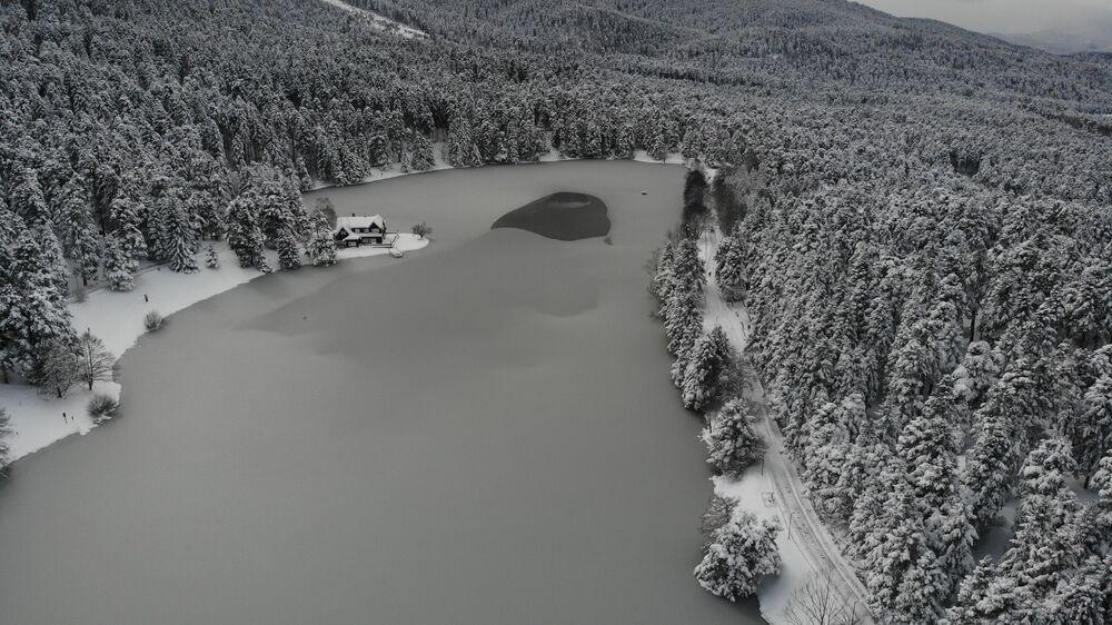 Kent merkezine 13 kilometre uzaklıktaki Gölcük Tabiat Parkı ve 45 kilometre uzaklıktaki Abant Tabiat Park'ındaki göllerin buzla kaplanmış yüzeylerinin havadan görüntüsü mest etti.