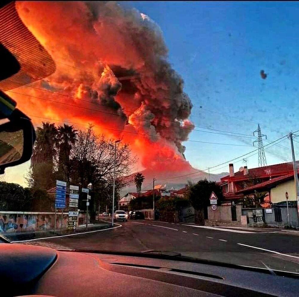 İtalya'daki Etna Yanardağı'nın patlaması sırasında kızıl lavın kraterden aşağıya doğru inişi ve yoğun bulut tabakası cep telefonuyla kaydedildi