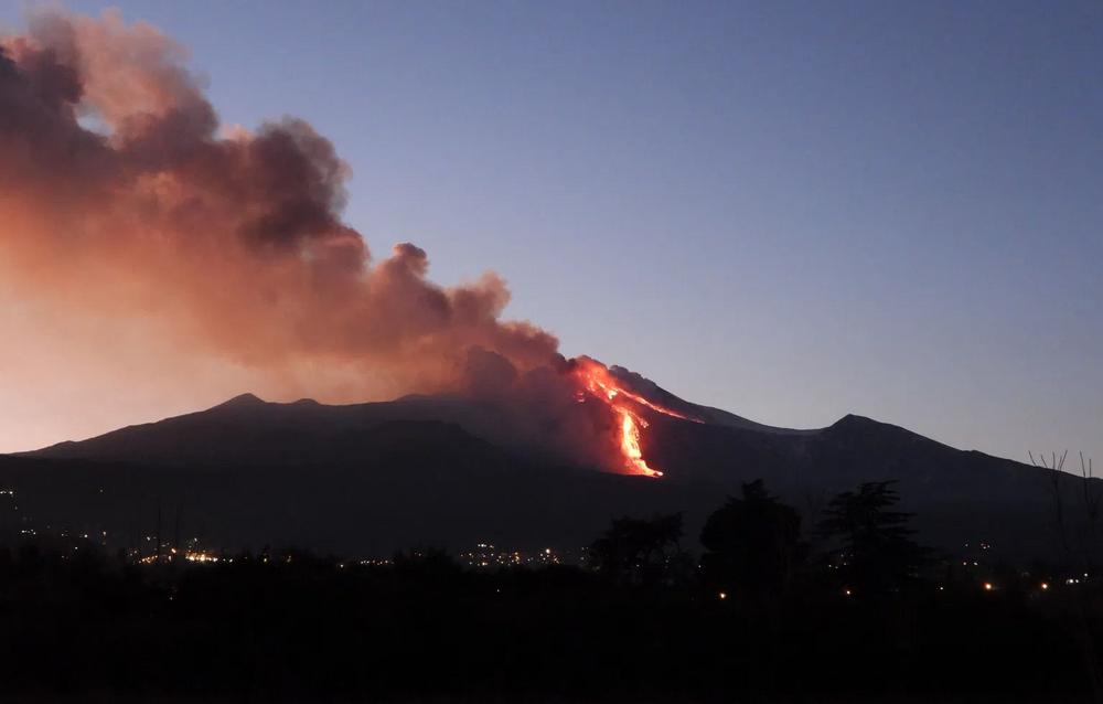 Dağın güneydoğu kraterindeki patlamalarda oluşan kül ve duman yoğunluğunun 1 kilometre yüksekliğe ulaştığı ve uçuş güvenliği açısından risk oluşturduğu kaydedildi