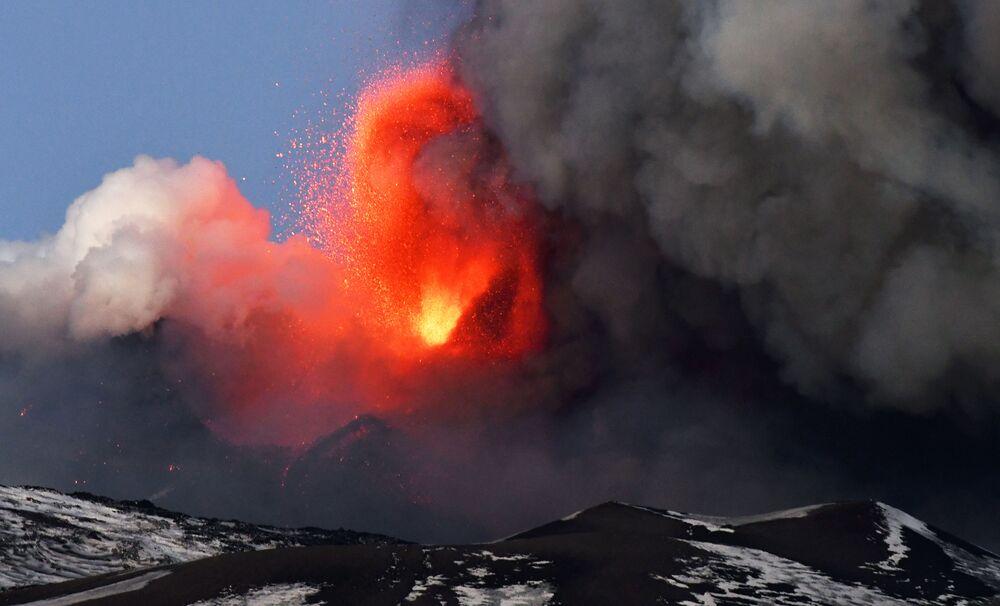 Dünyanın en aktif yanardağlarından Etna'nın patlama anı