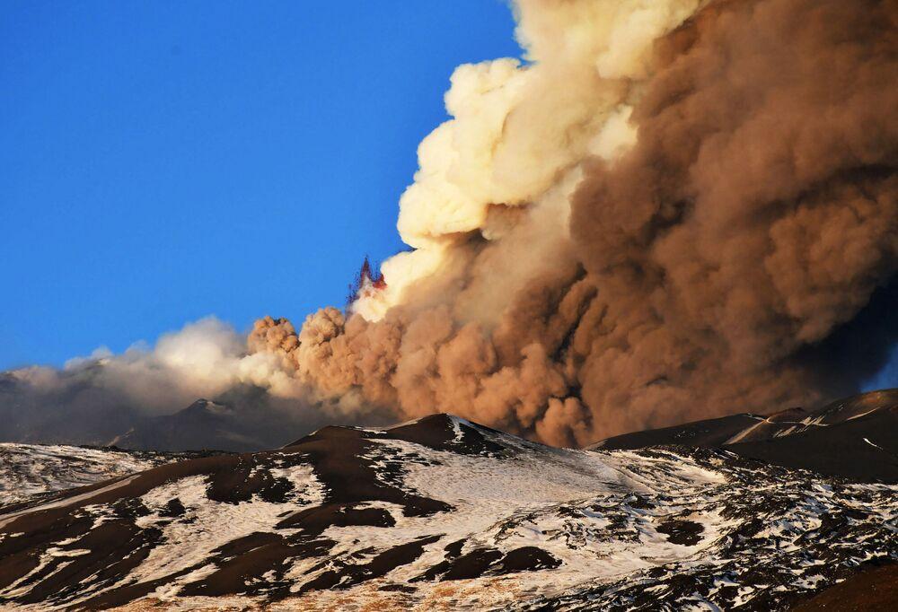 Sicilya adasındaki Etna yanardağında en son volkanik faaliyet, Ocakta kaydedilmişti