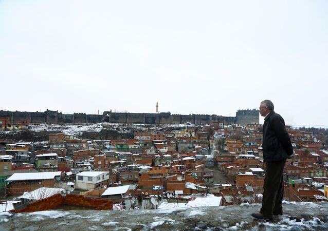 Diyarbakır'da kar yağışı gece saatlerinde başladı. Kentin bulvar, cadde, sokakları beyaza bürünürken, kar kalınlığı 10 santimetreyi geçti.