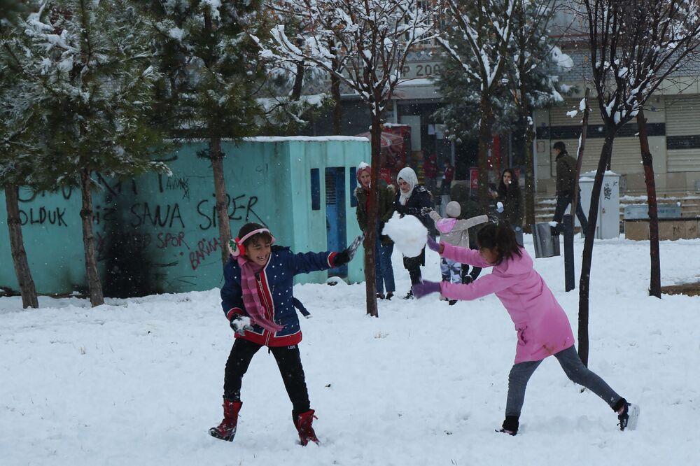 Parklara akın eden çocuklar kar topu oynadı.