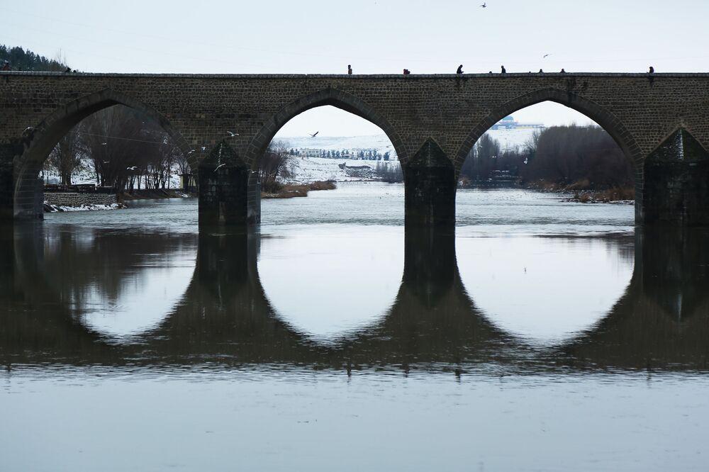 Beyaza bürünen tarihi Ongözlü Köprü'de güzel görüntüler oluştu.