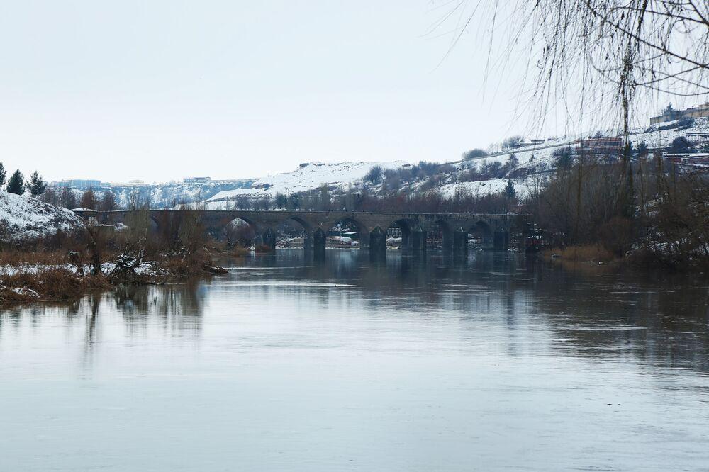 Bazı vatandaşlar kar manzarası için Ongözlü Köprü'ye giderek bol bol fotoğraf çektirdi.