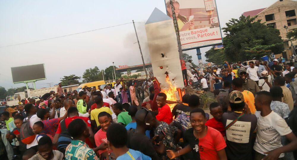 Kongo Demokratik Cumhuriyeti'nde gizemli monoliti ateşe verdiler