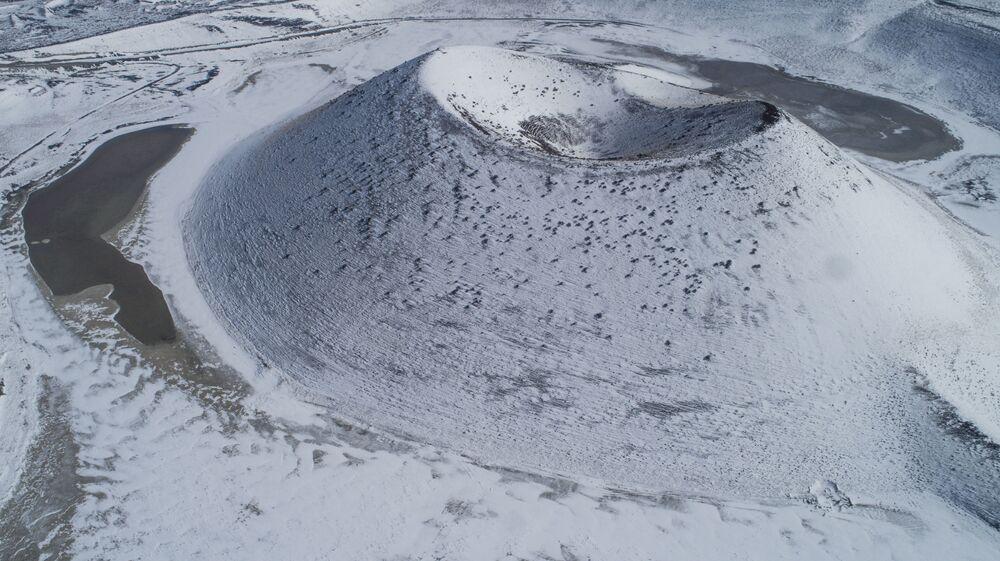 Karapınar ilçesinde bulunan Meke Gölü, 5 milyon yıl önce volkanik patlamayla meydana gelen kraterin zamanla suyla dolması, 9 bin yıl önce ise gölün ortasında ikinci patlamanın olması ve buranın da suyla dolması sonucu oluştu.
