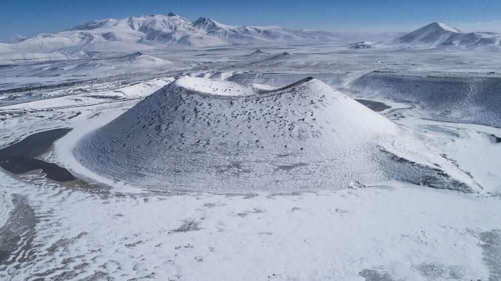 Yer altı su kaynaklarından beslenen ve suyu tuzlu olan Meke'nin ortasında, 50 metre yükseklikte volkan konisi bulunuyor.
